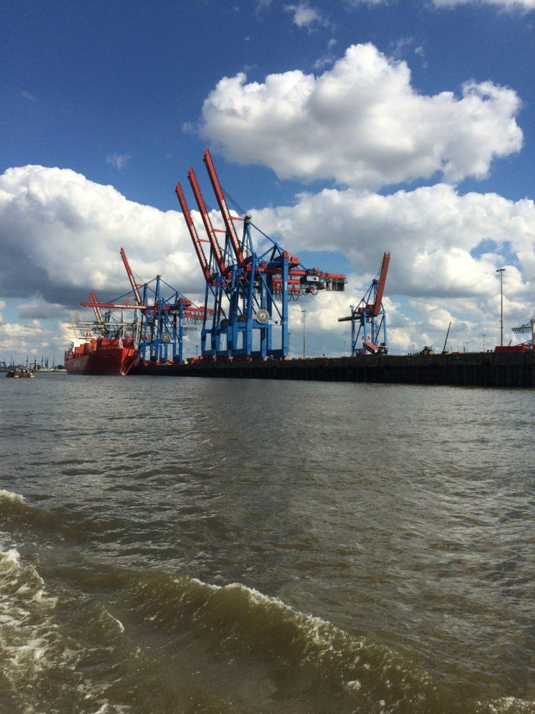 Hamburger Hafen mit Containerbrücken